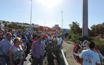 Concentración en el cruce del Toril en homenaje al ciclista recientemente fallecido, David León