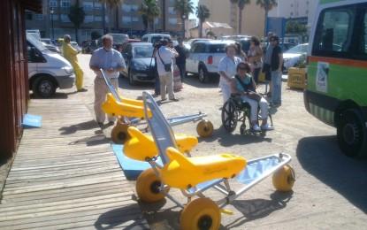 Los colectivos de discapacitados de La Línea comprueban los accesos en la playa de Poniente