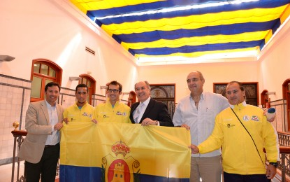 El alcalde de Algeciras entrega la bandera al Club Atletismo Bahia de Algeciras