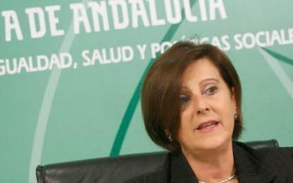 La consejera de Sanidad, que volverá en septiembre a La Línea, dice que las obras del futuro centro sanitario son prioritarias para la Junta
