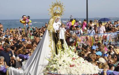 Devoción y fe en la procesión de la Virgen del Carmen por el barrio de La Atunara
