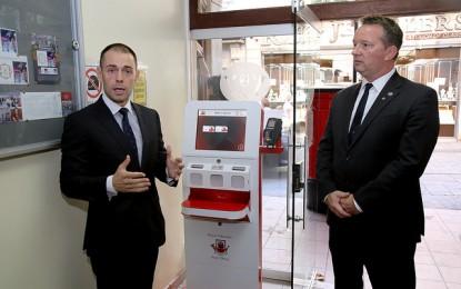 El ministro Neil Costa presenta los nuevos puestos automáticos para enviar cartas y correo