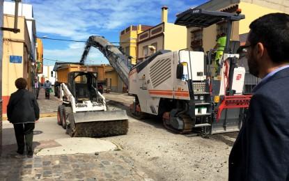 El alcalde supervisa los primeros trabajos de asfaltado