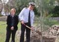 Fuerzas británicas en Gibraltar plantan un árbol por el Día de la Tierra