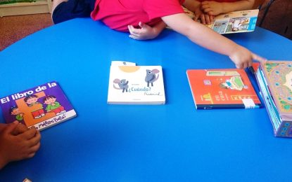 Niños de tres años acuden por primera vez a la biblioteca