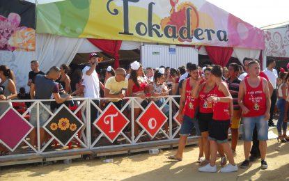 Las principales casetas de la Feria, llenas de gente que viven el Domingo Rociero