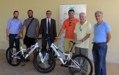 La Caixa dona 10 bicicletas para un programa de Asuntos Sociales destinado a prevenir el absentismo escolar