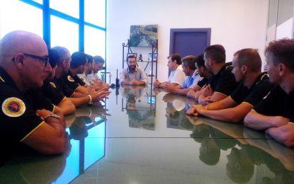 El alcalde agradece personalmente a los bomberos su trabajo para la extinción de los incendios de Alcaidesa y Santa Margarita
