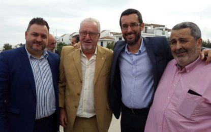 El alcalde se suma al homenaje que ha recibido José Luis Landero, director del SAE, y quien fuera diputado nacional y muchos años concejal, además de presidente de la Mancomunidad
