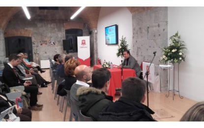 El Maestro Karel Mark Chichon inaugura el Ciclo de Conferencias Beacon de la Universidad de Gibraltar