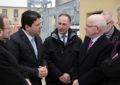 """Fabian Picardo iza la bandera de la distinción """"Bouygues Contrucción Ecosite"""" a la central eléctrica de Gibraltar"""