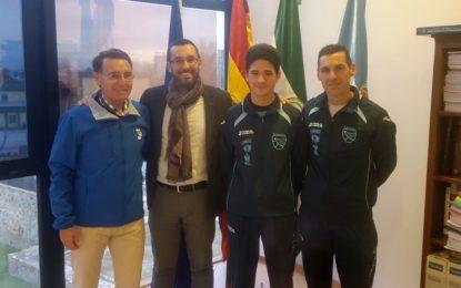 El alcalde recibe al atleta cadete Adrián Pérez, quien disputará el campeonato de España de marcha