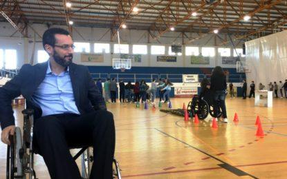 Jóvenes escolares aprenden a conocer la vida sobre una silla de ruedas