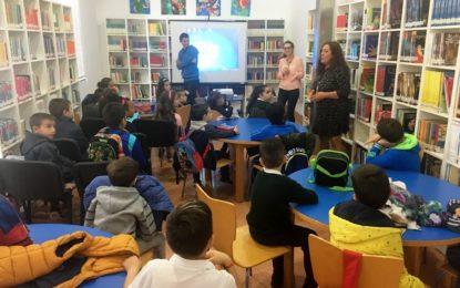 Primera actividad en inglés para escolares en la biblioteca
