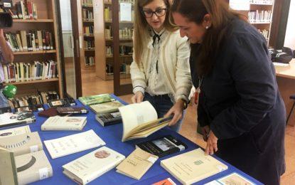 La biblioteca conmemora los 75 años de la muerte de Miguel Hernández con una exposición de sus libros