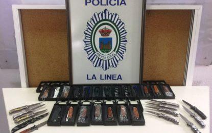 La Policía Local interviene 32 armas blancas puestas a la venta en un bazar