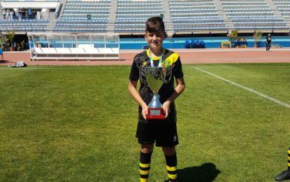 Helenio Fernández felicita al futbolista alevín Celso Bermejo, goleador de la selección gaditana, equipo campeón de Andalucía