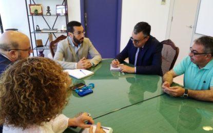 El alcalde aborda con el subdelegado de la Junta en la comarca asuntos de inspección urbanística que afectan a la zona del Zabal