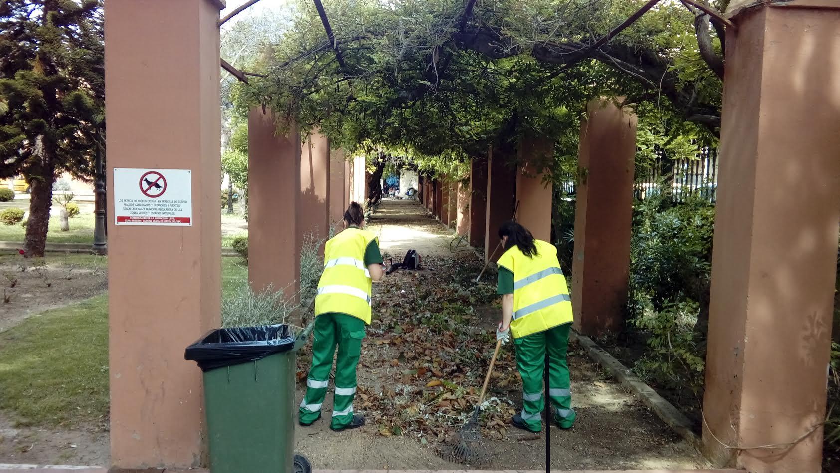 Trabajos de poda y mantenimiento en los jardines for Mantenimiento parques y jardines