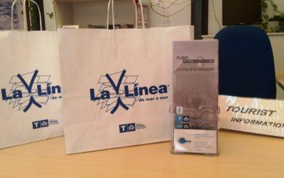 La concejalía de Turismo reparte material promocional de la ciudad entre las empresas de servicios