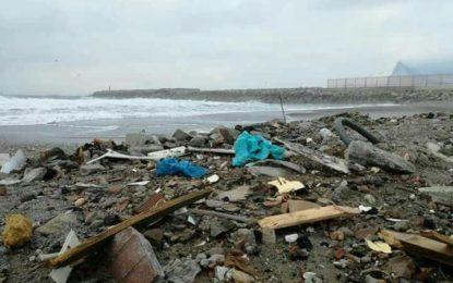 """Podemos La Línea no entiende como """"nuestro Ayuntamiento permite que se usen nuestras playas como escombreras""""."""