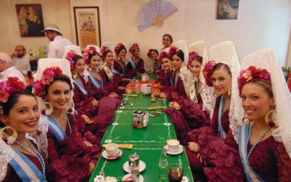 La Reina, Ana Espada, y sus damas, así como concejales de la Corporacion, desayunaron en el Café Modelo