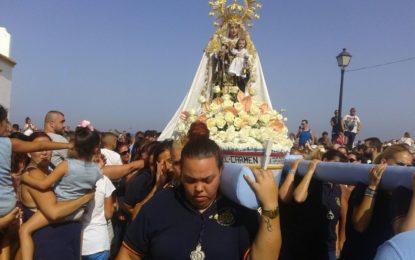 La Virgen del Carmen ya procesiona por el barrio de La Atunara