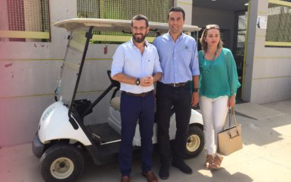 La empresa ONgolf cede un vehículo a la Policía Local durante la feria