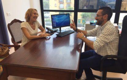 Sandra Cabera visita al alcalde, Juan Franco, tras obtener el tercer premio del festival ruso Pirogovsky Rassvet