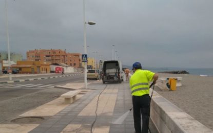 Trabajos de limpieza con agua a presión y barrido mecánico en diferentes zonas de la ciudad