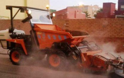 Trabajos de limpieza manual y mecánica en la avenida de la Banqueta