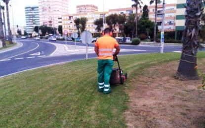 Trabajos de limpieza y mantenimiento de jardines en varias zonas de la ciudad