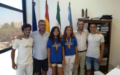 El alcalde recibe a las jóvenes deportistas linenses, Ana Castillo y Paloma Ríos
