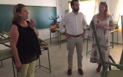Juan Franco y Rosa López supervisan los trabajos en el Centro de Educación de Adultos Almadraba y en el colegio Santiago