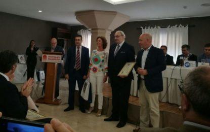 El delegado de Turismo, Nacho Macías, ha hecho entrega al IES Tolosa de un premio turístico comarcal