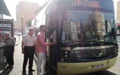 Mario Fernández comprueba personalmente el recorrido de las líneas de autobuses Comes que han entrado en funcionamiento hoy