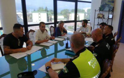 El alcalde y la concejal de Educación coordinan el inicio del nuevo curso escolar con responsables policiales y de Protección Civil