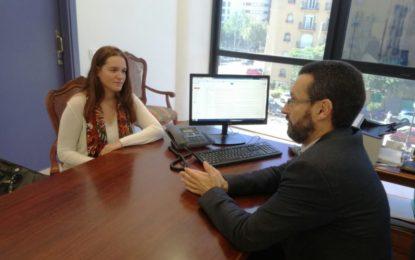 El alcalde recibe a la linense Zaida Ayala que colaborará el informe que presentará el Ayuntamiento ante el Defensor del Pueblo