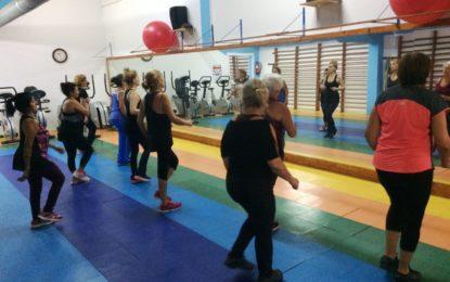 Deportes continuará ofertando clases de fitness durante los próximos seis meses tras la contratación de una monitora