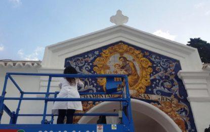 Cultura restaura el mosaico frontal del cementerio de San José