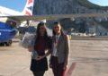 Tessa Britto, recibida por Kaiane Lopez tras su participación en un concurso de mises en Japón