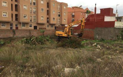 Parques y Jardines acomete la limpieza de un solar en las inmediaciones de la calle Doctor Enrique Garralón