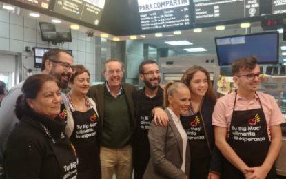 El alcalde colabora con la fundación Ronald McDonald en el McHappy Day
