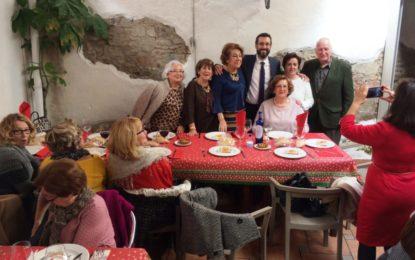 Juan Franco y Helenio Fernández felicitan a los usuarios del programa de mayores durante su almuerzo navideño