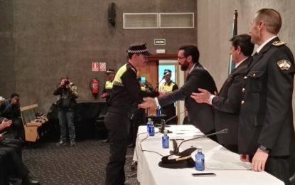 Autoridades y representantes de los Cuerpos y Fuerzas de Seguridad han participado esta mañana en la toma de posesión de cinco nuevos policías locales