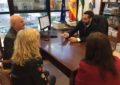 El alcalde agradece a Pedro Tornay sus 35 años de trabajo en la biblioteca