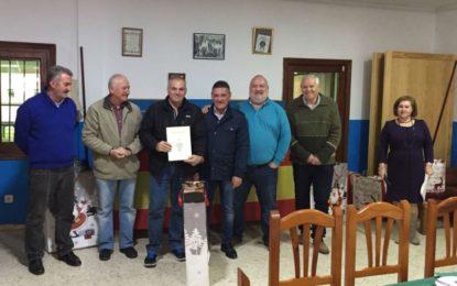 Helenio Fernández entrega los diplomas y distinciones de la liga local de tiro olímpico