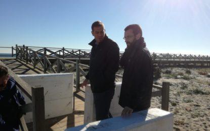El alcalde inspecciona las obras de colocación de bloques en la pasarela de Levante
