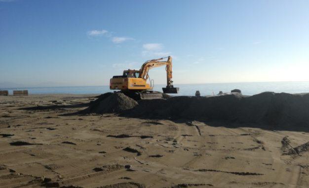 El Ayuntamiento acomete trabajos de mantenimiento en las playas