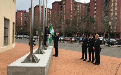 La lluvia no evitó tras el pleno la izada de banderas en el Ayuntamiento de La Línea